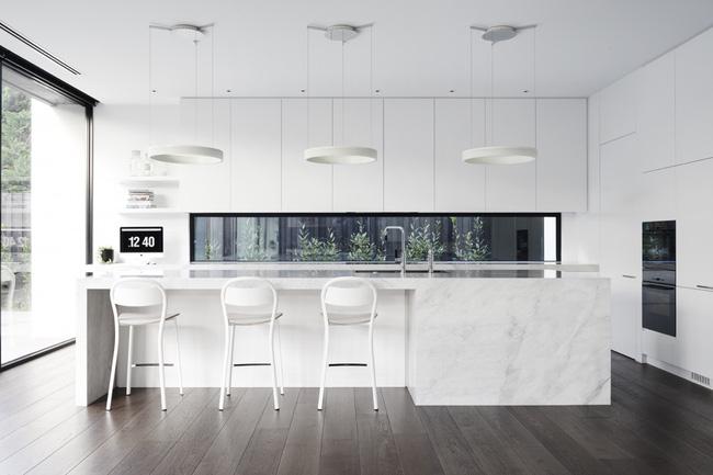 Tủ kệ bếp được thiết kế màu trắng kết hợp bàn đảo được làm bằng đá cẩm thạch đậm chất châu âu