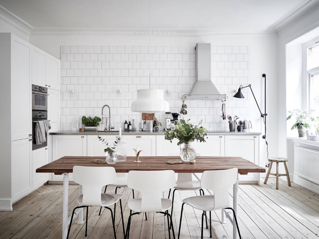 Một không gian nhà bếp được thiết kế bằng bức tường gạch mới lạ và sang trọng