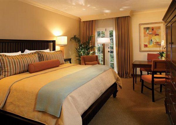 Phòng ngủ được thiết kế bằng các màu sắc khác nhau màu trắng- màu vân gỗ