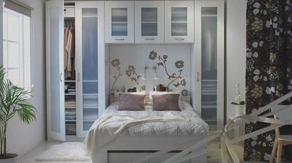 Giường ngủ được kết hợp với chiếc tủ áo cao đụng trần đầy sáng tạo