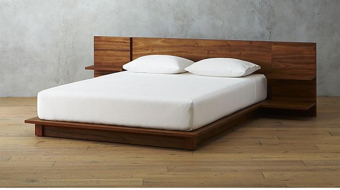 u giường ngủ gỗ 120TP với thiết kế đơn giản màu gỗ trung tính sang trọng làm nổi bật lên tông trắng của ra, nệm.