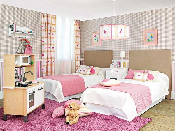 Giường ngủ được thiết kế theo 2 tông màu trắng - hồng làm chủ đạo