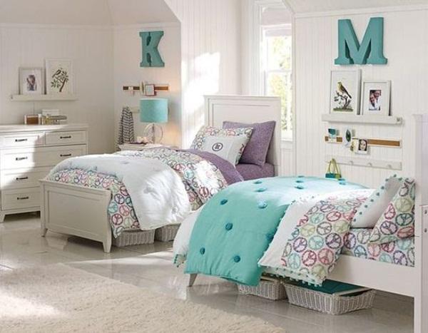 Nét tương đồng trong màu sắc của 2 chiếc giường cùng những món đồ trang trí xung quanh tạo nên sự hòa hợp, góp phần gắn kết tình thương mến thương giữa 2 chị em gái.