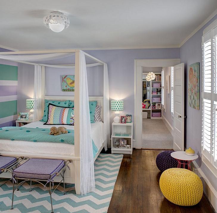 Phòng ngủ được thiết kế khéo léo bằng tấm thảm họa tiết chevron nổi bật căn phòng