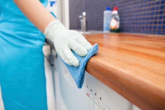 Các bước làm sạch tủ bếp gỗ cực đơn giãn tại Deconoithat