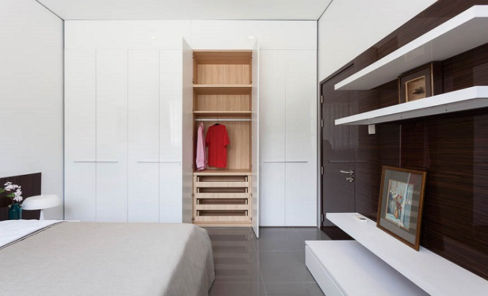 tủ quần áo với thiết kế hiện đại giúp không gian phòng ngủ rộng rãi hơn