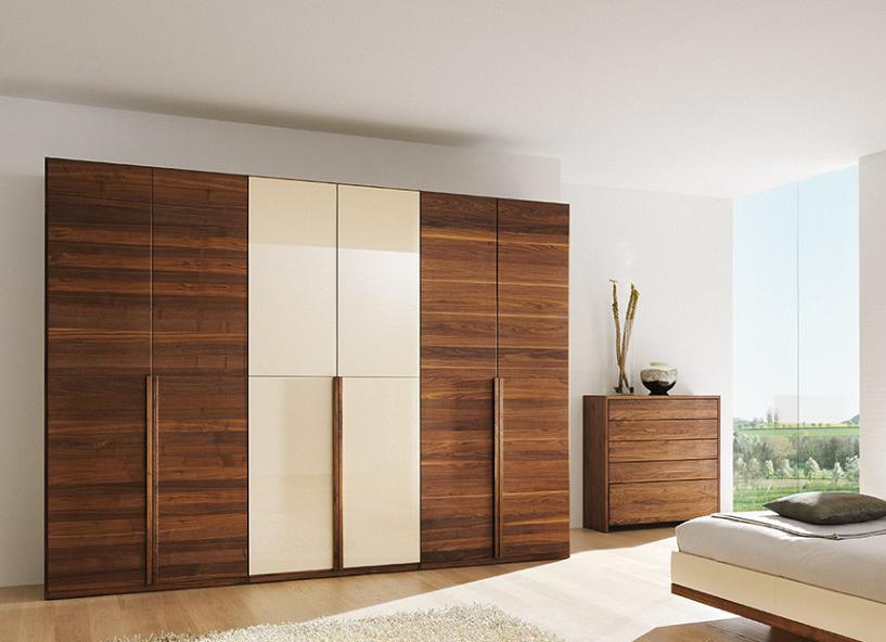 Tủ quần áo cánh mở được thiết kế với 2 tông màu trắng và vân gỗ nổi bật