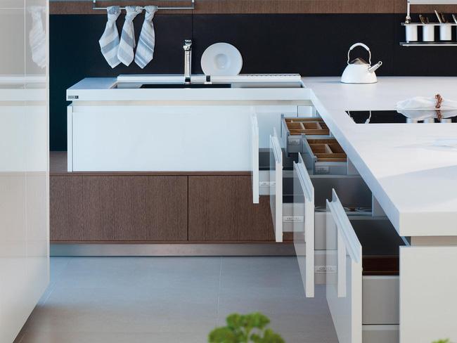 Bếp luôn là sự lựa chọn hoàn hảo bằng sự kết hợp những bức tường ốp kính sang trọng