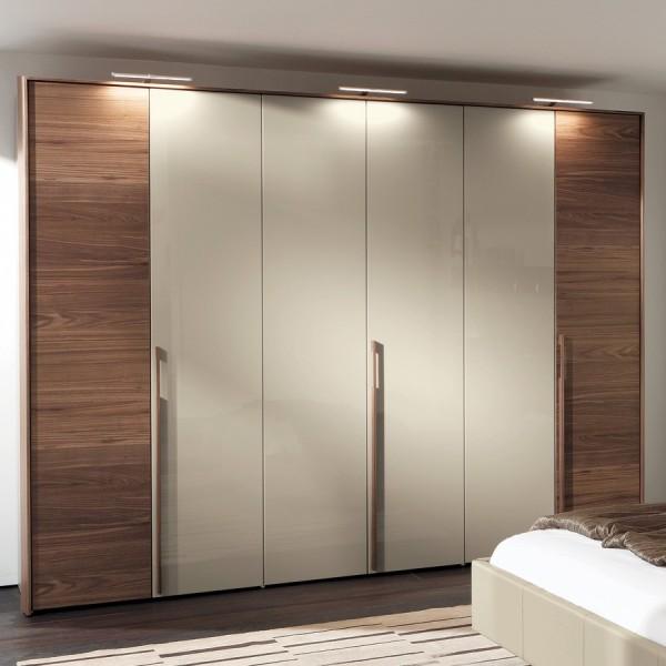 Mẫu tủ áo 4 được thiết kế bằng tay nắm gỗ dài tạo điểm nhấn cho chiếc tủ