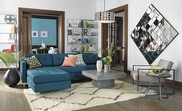 Phòng khách nổi bật nhờ chiếc ghế sofa màu xanh thật sang chảnh