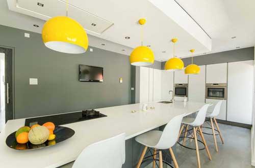 tủ bếp màu vàng có thể kết hợp với đèn treo tường cùng màu