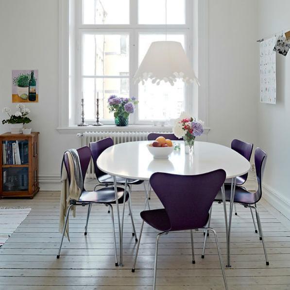 bàn ăn hình tròn sẽ mang lại cảm giác quây quần, ấm cúng cho các thành viên trong gia đình