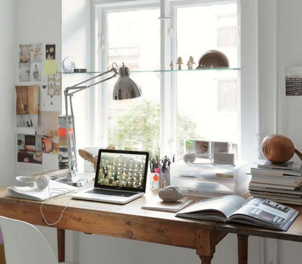 Bàn làm việc được đặt gần khu vực cửa sổ tận dụng ánh sáng thiên nhiên