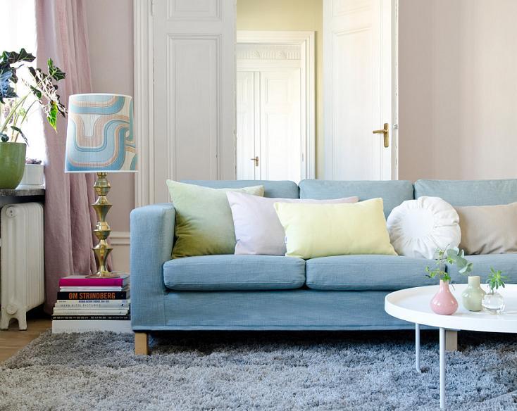 Một chút hồng thạch anh qua rèm cửa sổ và lọ hoa nhỏ trên bàn, nhưng khi kết hợp với màu xanh da trời ở ghế sofa lại biến thành một phòng khách vô cùng hoàn hảo.