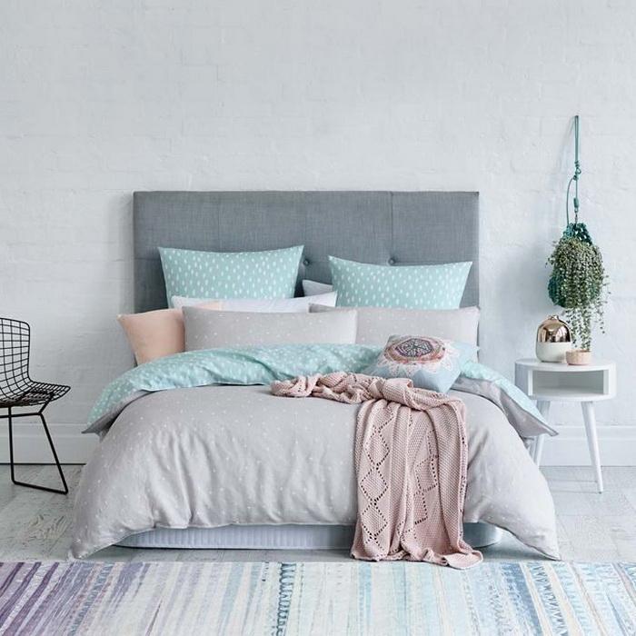 Phòng ngủ với chút hồng thạch anh, nền tường xanh dương nhạt, kết hợp màu ghi chấm bi tạo thành một phòng ngủ rất đỗi dịu dàng.