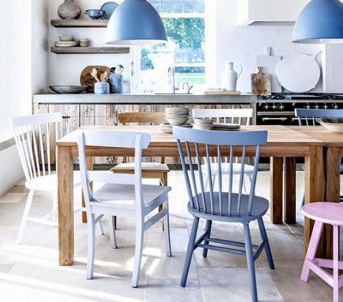 Không nhất thiết phải hồng rực cả bếp, hay xanh một màu mắt, đôi khi chỉ đơn giản là vài chiếc ghế với gam màu khác nhau giúp phòng bếp nhà bạn cũng trở nên vô cùng khác lạ.