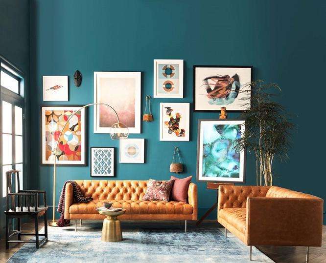 Bộ ghế sofa màu vàng là điểm nhấn của căn phòng mang đến cảm giác yên bình và thư thái