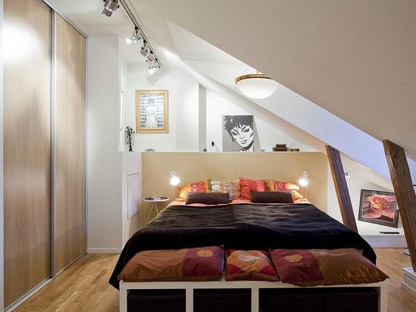 Căn phòng áp mái với tông màu sáng tạo cảm giác rộng rãi hơn.