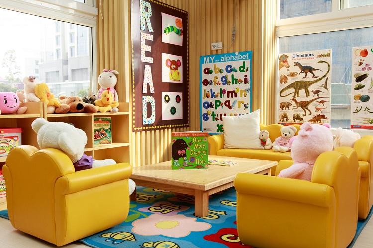 phòng học của bé nên tránh sử dụng các đồ vật sắc nhọn, nên  chọn các mẫu mã phù hợp với độ tuổi của bé