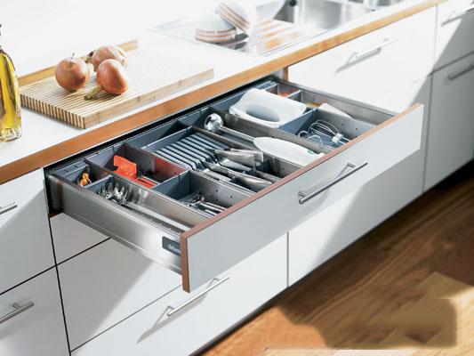 Khay chia inox là một trong những sản phẩm phụ kiện bếp rất quan trọng, với thiết kế thông minh, linh hoạt chiếc khay góp phần tăng thêm tính tiện ích lưu trữ các vật dụng trong nhà bếp