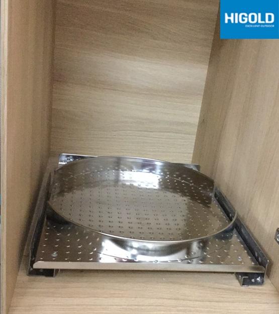 Ray bình ga được làm bằng chất liệu inox cao cấp. Thiết kế âm bên trong tủ bếp giúp bạn di chuyển bình ga dễ dàng mỗi khi cần tháo lắp.