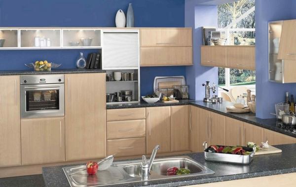 Tủ bếp màu vân gỗ nhạt kết hợp màu tường xanh nước biển