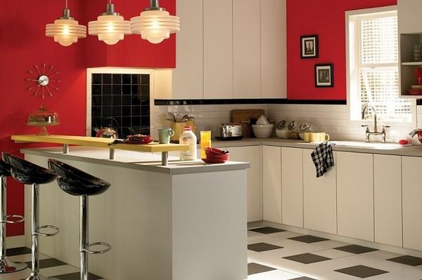 Tủ bếp màu trắng kết hợp quầy bar cùng tông màu tường đỏ