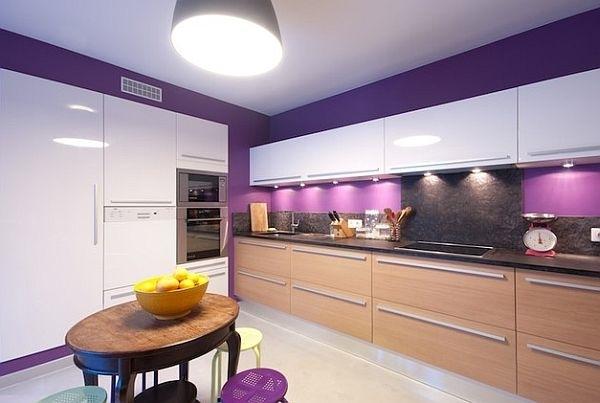 Tủ bếp gỗ kết hợp màu trắng và màu tường tím hoa oải hương