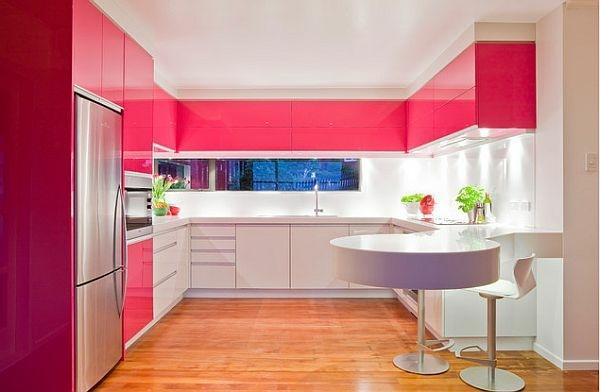 Tủ bếp được thiết kế bằng các màu sắc khác nhau