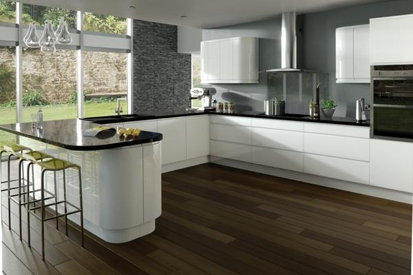 Bếp màu trắng kết hợp mặt đá màu đen kết hợp khéo léo cùng màu xám của tường