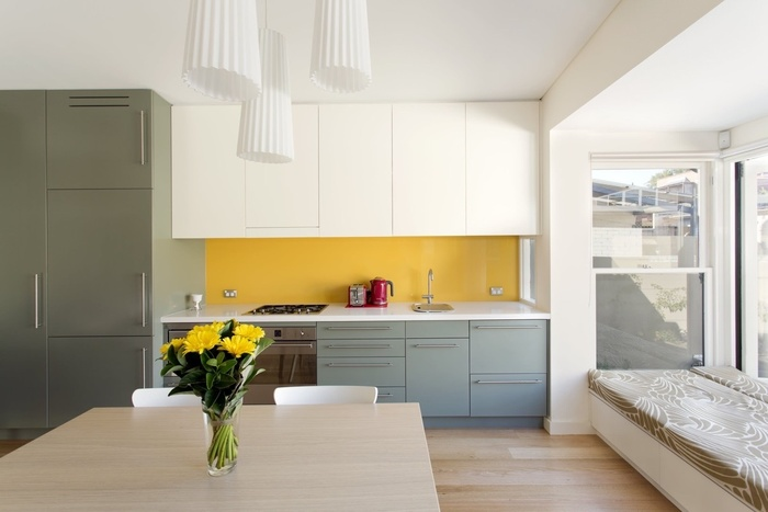 Thiết kế tủ bêp i cho diện tích mở kết hợp bục ngồi cạnh cửa sổ và bàn ăn
