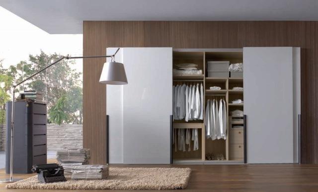 tủ quần áo được thiết kế với tông màu trắng tinh khôi cho căn phòng thêm lộng lẫy